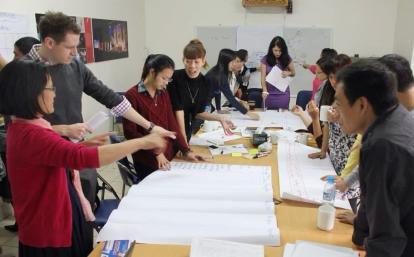 ベトナムでミーティング中の国際開発インターンたち